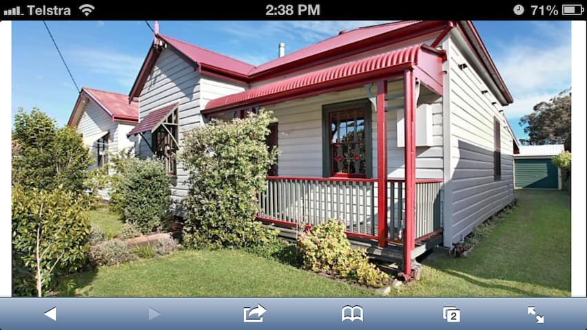 A charming miners cottage near the beach & the CBD - Mayfield East - Maison