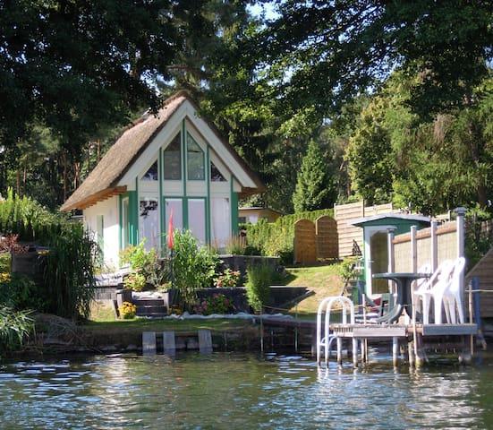 Reetgedecktes Haus direkt am See +Boot - Krakow am See - Casa