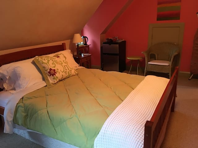 Lovely Queen room, great location & amenities - Amesbury - Talo