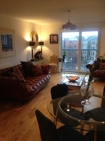Clean and Contemporary, with secure parking - Glasgow - Leilighet