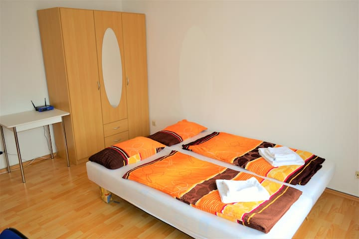 Sunny middle room close to City Center - Dresden - Apartemen