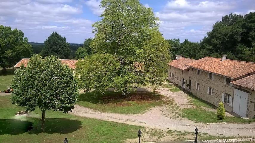 Maison de charme avec piscine privative et jacuzzi - Esse - Cabaña en la naturaleza