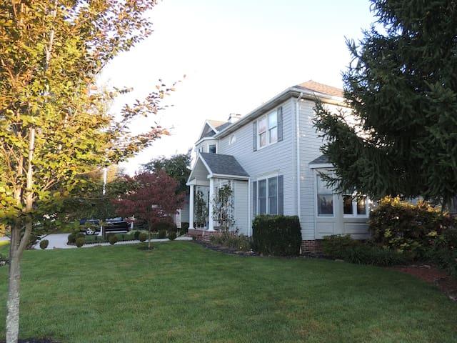 Garden Paradise In Quiet Neighborhood - Spring Grove - Casa