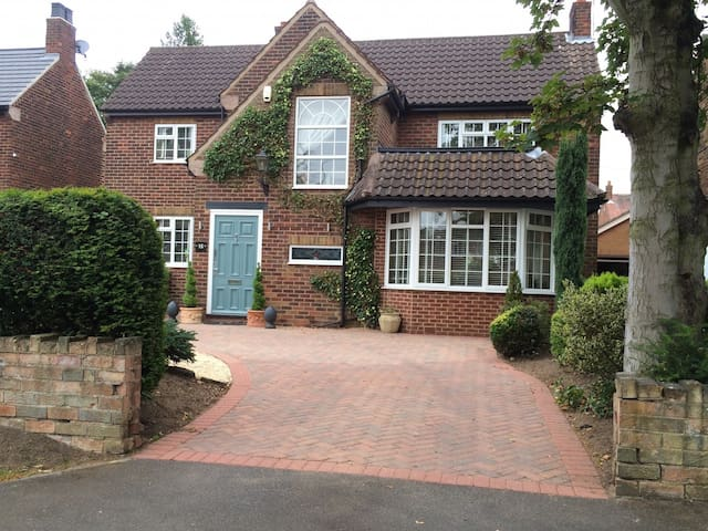 Individual room in gorgeous house close to town - Doncaster