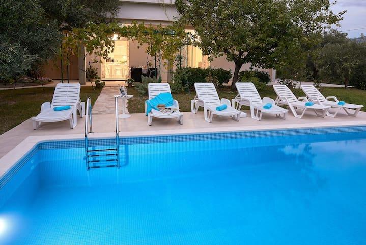 Apartment 'Queen Helena' w/private pool near Split - Solin