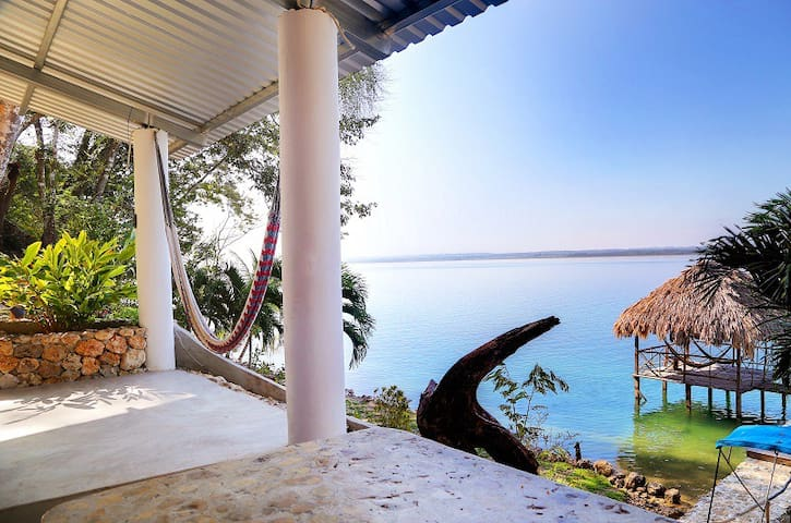 Near Tikal/Flores, queen bed AC - Huis
