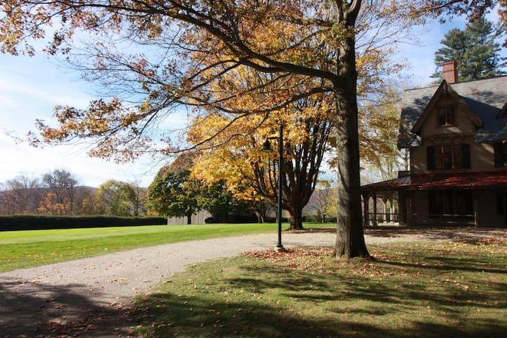 Modern comfy Berkshires cottage, lake and hot tub - Becket - Casa de campo
