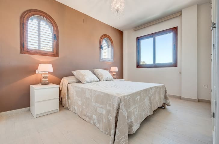 Villa a 50 m de la playa y en pleno campo de golf - Motril - Chalet