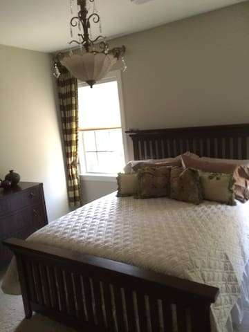 Spacious bedrooms and baths. Lovely upscale home. - Lake Wylie - Casa