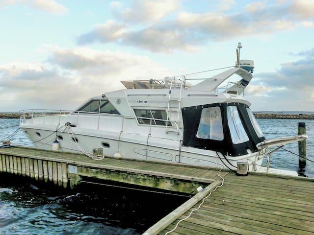 Stor og velindrettet motorbåd med storslået udsigt - Egå