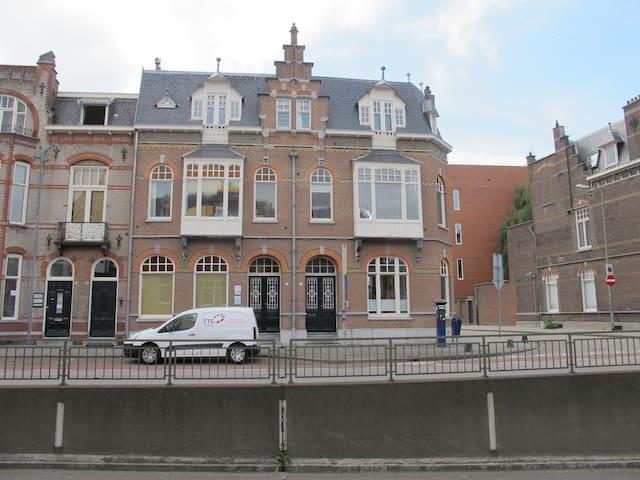Monumentale benedenverdieping in het centrum - セルトーヘンボス - タウンハウス