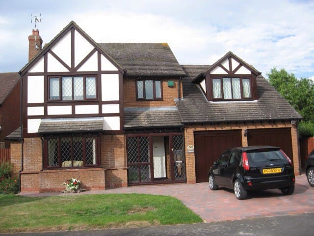 Large double bedroom in family home - Broughton Astley