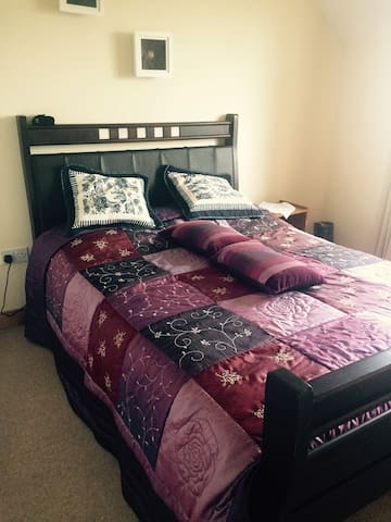 Double bedroom with ensuite. Well located - Ennis - Ev