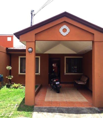 PURA VIDA! Nice house close to SJO - San José