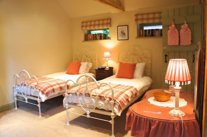 Bedfordshire -Twin Room - Ensuite - Colmworth - Maison