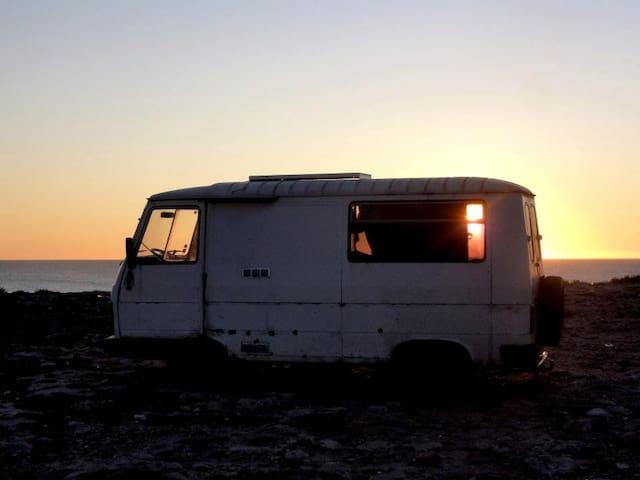 Old van, nature and magic - Saint-Jacut-de-la-Mer - Husbil/husvagn