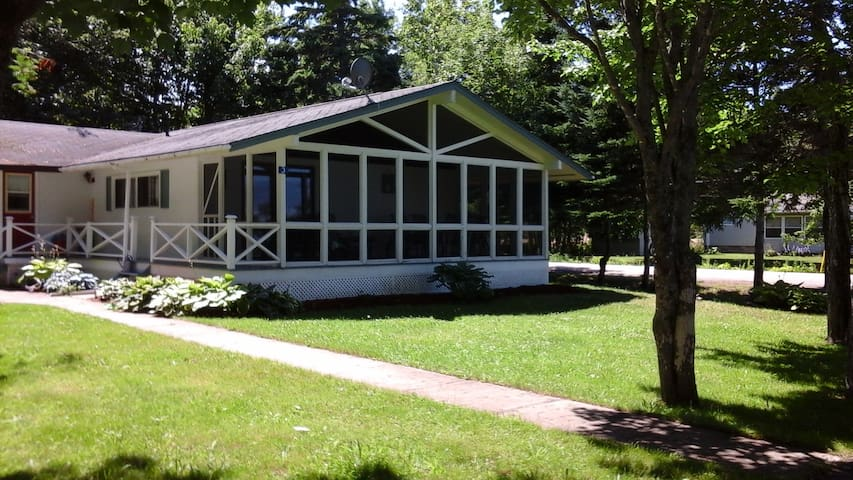 Joli Cottage - Weekly Rentals only in July and Aug - Beaubassin-est - Houten huisje