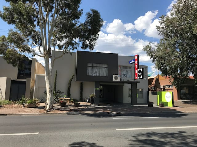 Hello Adelaide Motel + Apt - Spacious Two Bedrooms - Frewville - Leilighet