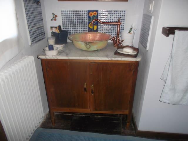 camera gialla nella vecchia casa - Canussio - Hus