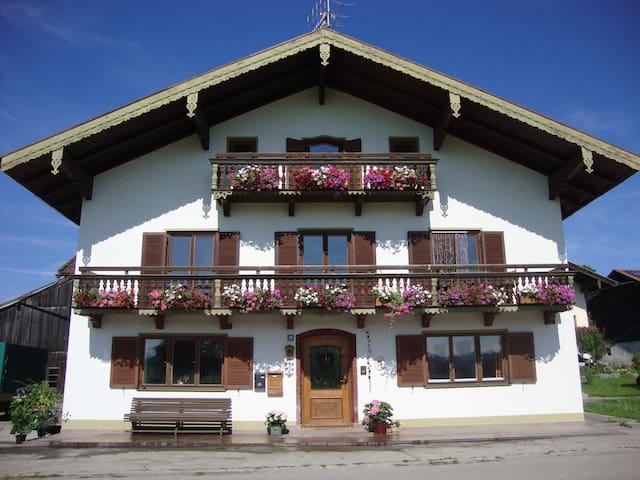 Großzügige Ferienwohnung  - Vachendorf - Lägenhet