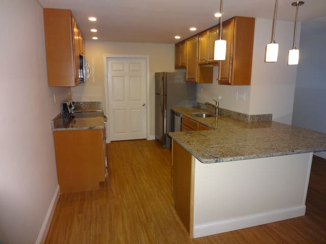 2 Bedroom, Fully Remodeled, with a Pool - Havertown - Departamento