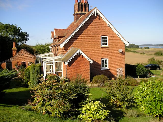 Suffolk country cottage. `Snug, modest not deluxe. - Shotley - Huis