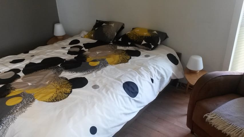 SPACIOUS ROOM, private bathroom - Kortrijk - Hus