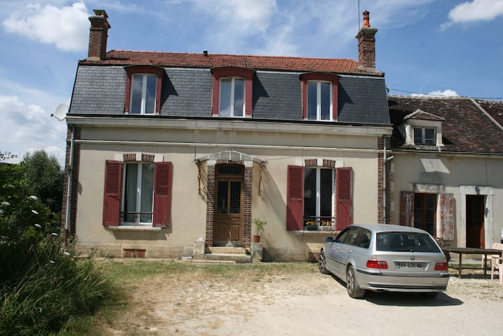 3 rooms, large comfortable house, village location - Venoy - Huis