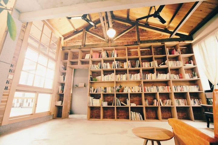 美術館裏的簡單生活。舊木筵架書房和陽光。 - 台南市 - Dom