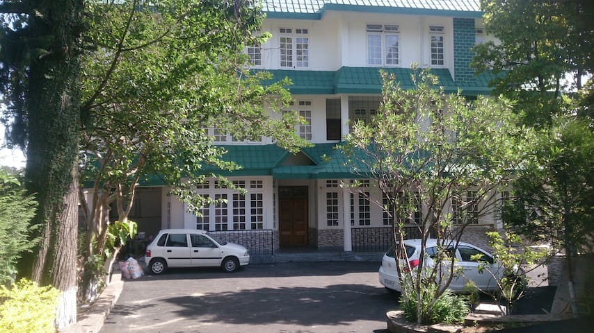 APSARA GUEST HOUSE  WITH 17 ROOMS - Shillong - Casa
