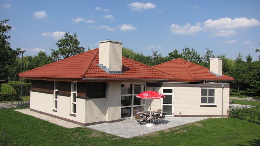 Luxe bungalow op kleinschalig park aan meertje - Oostrum - Bungaló
