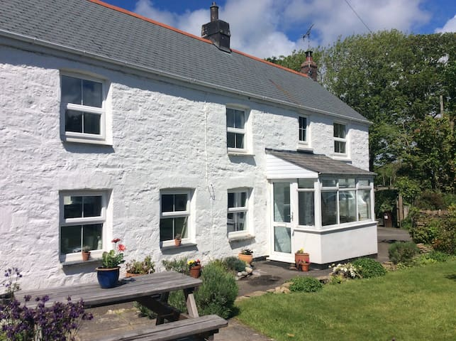 Cornish cottage with sunny gardens close to beach - Goonhavern - Hus