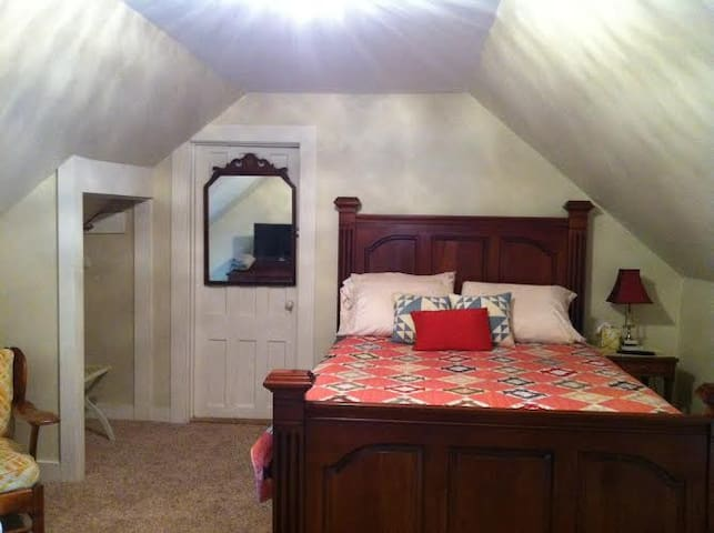 Hobble Inn, a classic Vermont B&B.  Queen bedroom - Stowe - Bed & Breakfast