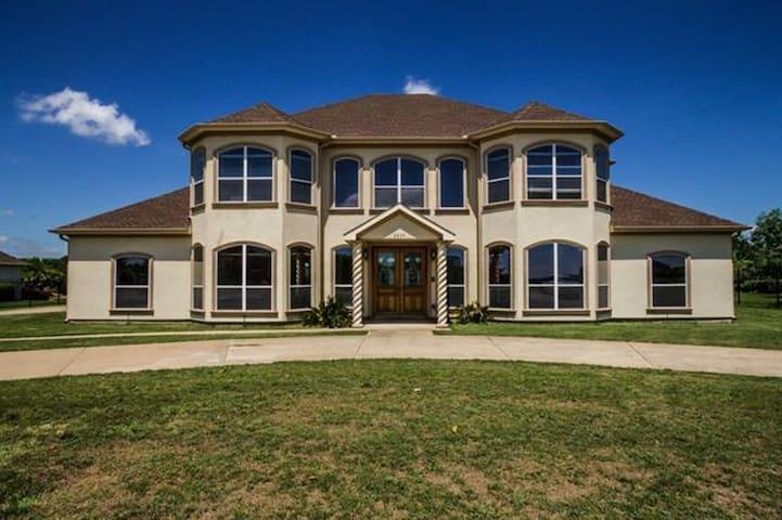 The Desirable Lake Ridge Home - Cedar Hill - Casa