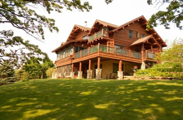 Beautiful Full Log Lodge on 44 Acre - Blue Mounds - Huis