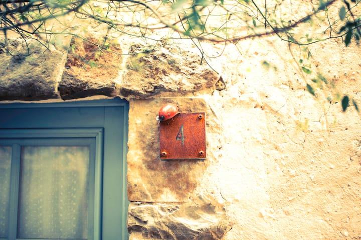Une maison cosy au pied du château de Villerouge - Villerouge-Termenès - Hus