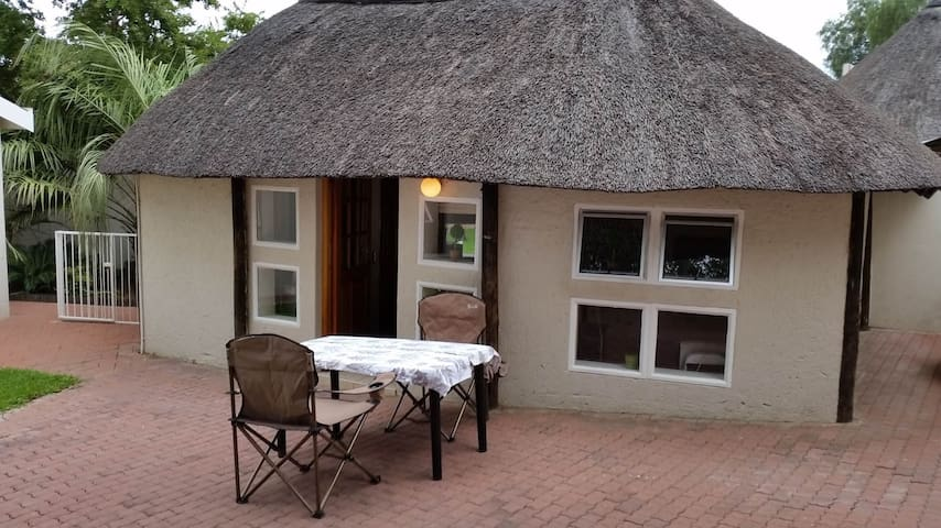 Private room under a thatched roof - Windhoek - Kabin