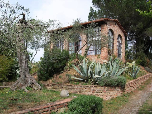 A QUIET GETAWAY IN THE MIDDLE OF THE TUSCAN HILLS - Legoli - Pondok alam
