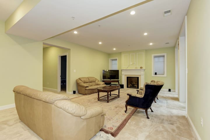 Classy, large, newbuild basement apt in Kensington - Кенсингтон - Дом
