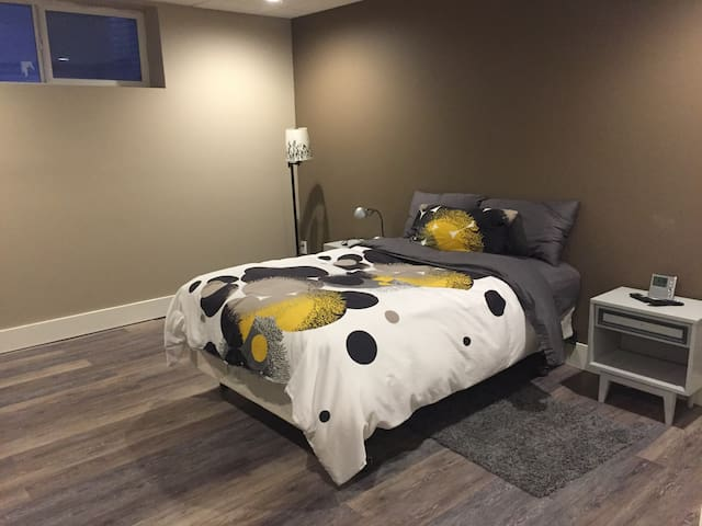 Quiet Basement Room with Double Bed near Whyte - Edmonton - Rumah