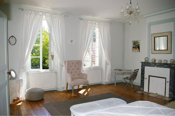 Chambre d'hotes Au Domaine Bardon - Chaunac - Rumah