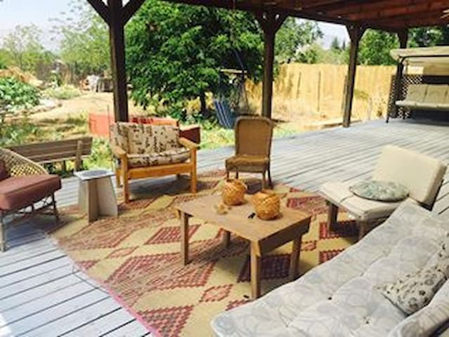 Cozy wooden hut for lovers and families - Mishmar HaYarden - アパート