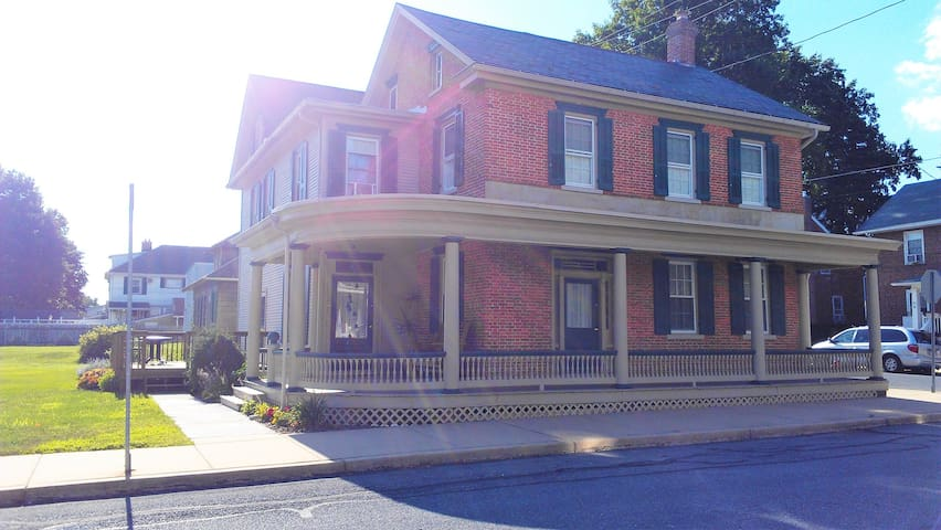 19th Century Brick Home with Private Entrance/Bath - Mount Joy