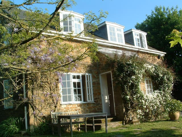 Homely Cottage off the beaten track - Bridport