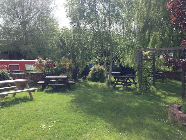 Standard twin room at side of busy country pub. - Fenny Compton