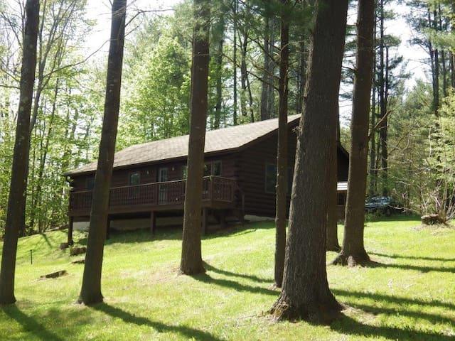 Charming 3BR Lakefront Cottage - Newport - Houten huisje