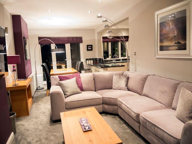 Lovely 3 bed-semi near town & park - Stoke-on-Trent - Huis