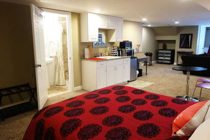 Huge room with kitchenette, bathroom and parking! - Baltimore - Casa