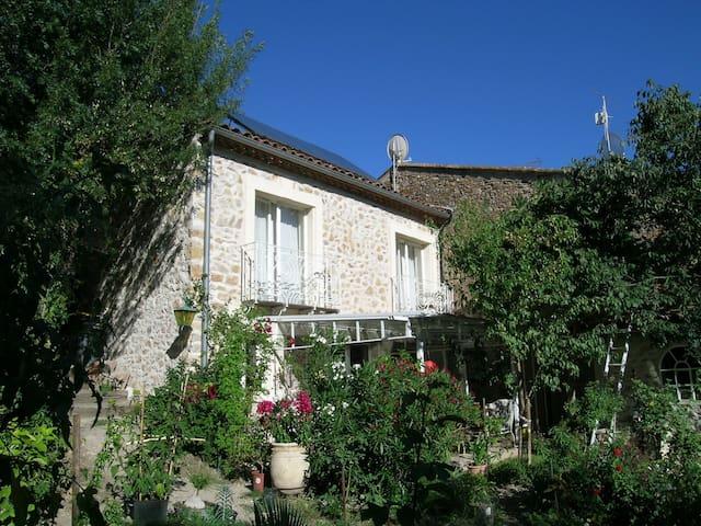Lauschiges Natursteinhaus mit Garten - Fouzilhon - Hus