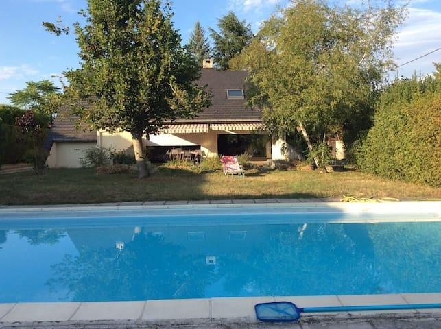 Charmante maison avec piscine à 3km du Pal - Thiel-sur-Acolin - Bed & Breakfast